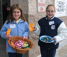Volunteers offer smileys & cookies to donators